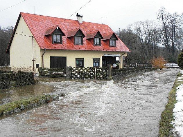 V JEZERO se proměnil malý potůček u Milíkova. Voda zatopila přilehlé louky a pastviny na mnoha místech v okolí obce.
