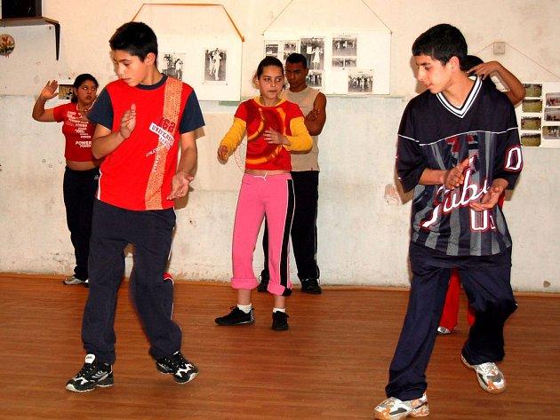 Tanečníci romské skupiny Laco Jilo