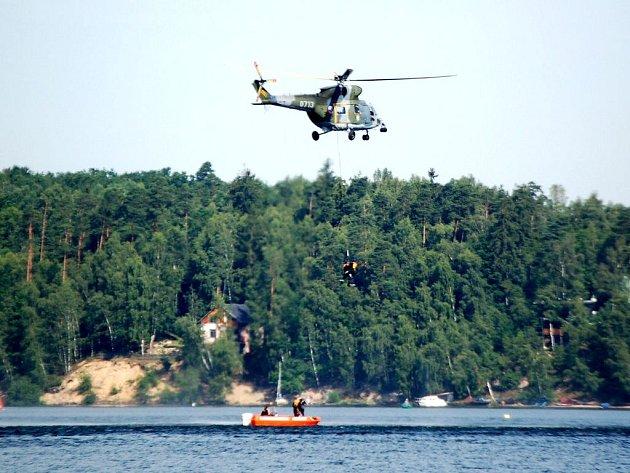 Záchranáři z Karlovarského kraje  nacvičovali na Jesenické přehradě u Chebu záchranu lidí z vodní hladiny