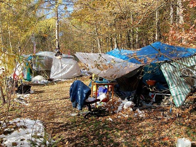 PŘÍBYTKY vlesíku uchebské Skalky už na první pohled vykazují známky toho, že vnich ipřes hroznou zimu stále bydlí lidé.