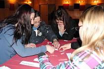 HNED V ÚVODU setkání dostali studenti z Česka i Německa společný úkol - skládání puzzle.