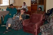 SPOLEČENSKÁ MÍSTNOST charitní ubytovny Betlém v Chebu. Ta nyní nově poskytuje i služby jako azylový dům. S touto další službou přišla charita v lednu letošního roku. Vytvořila osmnáct míst pro muže a čtyři místa pro ženy.