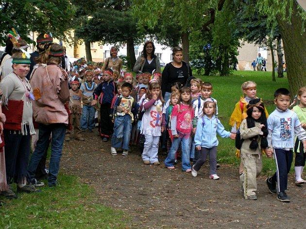 Děti z chebské mateřské školy Pohádka v Dragounské ulici si užily oslavu Dne dětí jako indiáni