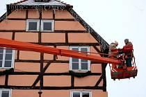 Na pracovníky Chebských technických služeb čekal nelehký úkol –  připevnit ozdoby například na budovu  Špalíčku