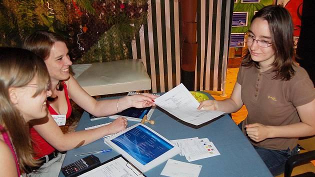 Fiktivní firmu Lares, s.r.o., zaměstnala svou objednávkou i studentka gymnázia Monika Tomková (vpravo).