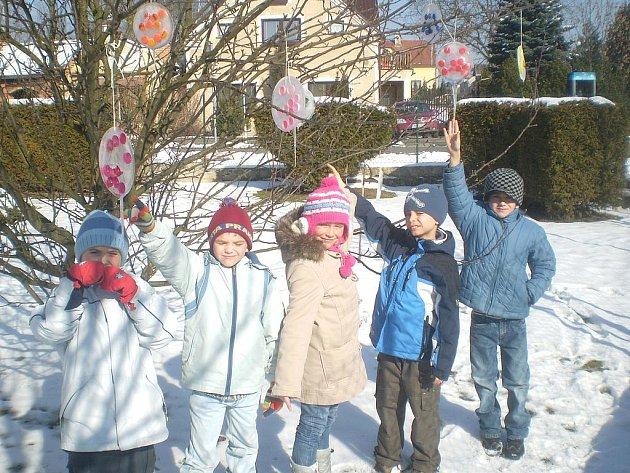 LEDOVÉ KOULE vyrobené šikovnými rukami drmoulských žáčků ozdobily stromy ve školní zahradě.