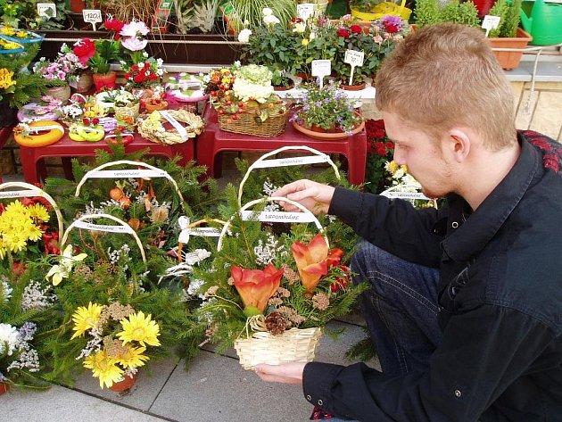 VÝBĚR ZBOŽÍ NA DUŠIČKY JE NYNÍ  centru zájmu pozůstalých. Květiny a věnce, které skončí na hřbitovech, občas upoutají také pozornost zlodějů. Ti se je pak snaží znovu prodat.