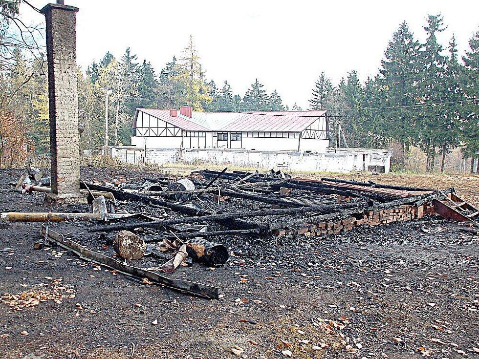 DŘEVĚNÁ lyžařská chata v Aši, kam se před nepřízní počasí schovávali malí lyžaři, shořela.