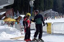 Milovníci zimních sportů by doma neměli zapomenout helmu. Už dávno není nezbytná pouze u dětí.  Záchranáři také varují před lyžováním ve volném neupraveném terénu.  Tímto způsobem riskují především mladí lidé