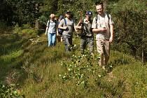 TURISTÉ SE OPĚT VYDAJÍ malebnou přírodou v okolí Chebu.