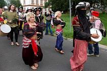 Průvod Aší zahájily půvabné tanečnice
