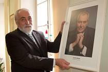 Od pátku na úřadech v obcích, městech a v sídlech různých institucí nevisí portrét Václava Klause, ale nahradil jej Miloš Zeman.