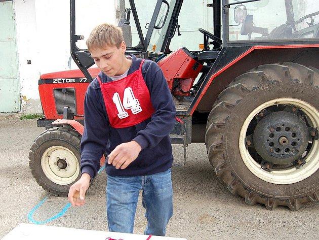 Studenti středních škol a učilišť si dali sraz na školním statku v Dolních Dvorech v oblastním kole soutěže Jízda zručnosti. Osmnáct mladých zemědělců ze šesti škol se zde sešlo, aby ukázali své umění za volantem traktoru.