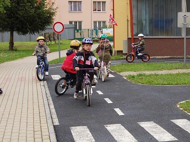 Už i předškolní děti vědí, jak se mají chovat v silničním provozu. Na dopravním hřišti si to mohli vyzkoušet předškoláci z chebské Mateřské školy Pohádka společně s žáky přípravné třídy 2. ZŠ Cheb.