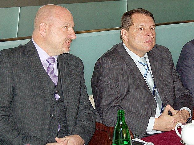 BÝVALÍ POLITIČTÍ RIVALOVÉ Jiří Paroubek a Ivo Mlátilík se nově v duchu budoucí spolupráce sešli za jedním stolem.