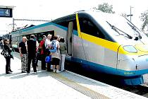 VYSOKORYCHLOSTNÍ VLAK PENDOLINO začne od 17. prosince zajíždět na Chebsko. Na trase Cheb - Praha si cestující zaplatí ve vlaku speciální cenu za místenku.