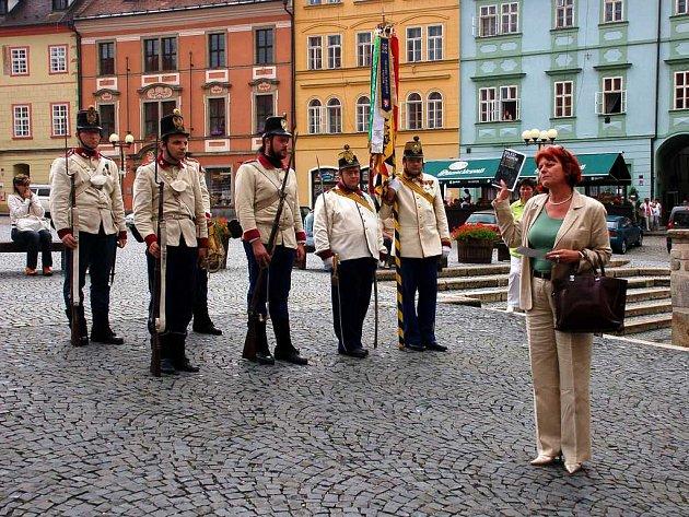 Vojáci historického c.k. 73. pěšího pluku a ředitelka Krajského muzea Eva Dittertová při slavnostním křtu nové knihy