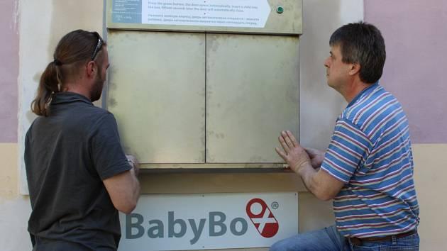 BABYBOX už je na svém místě. Zdeněk Juřica (vpravo) nainstaloval schránku na odložené děti v areálu mariánskolázeňské nemocnice. Babybox bude sloužit od června.
