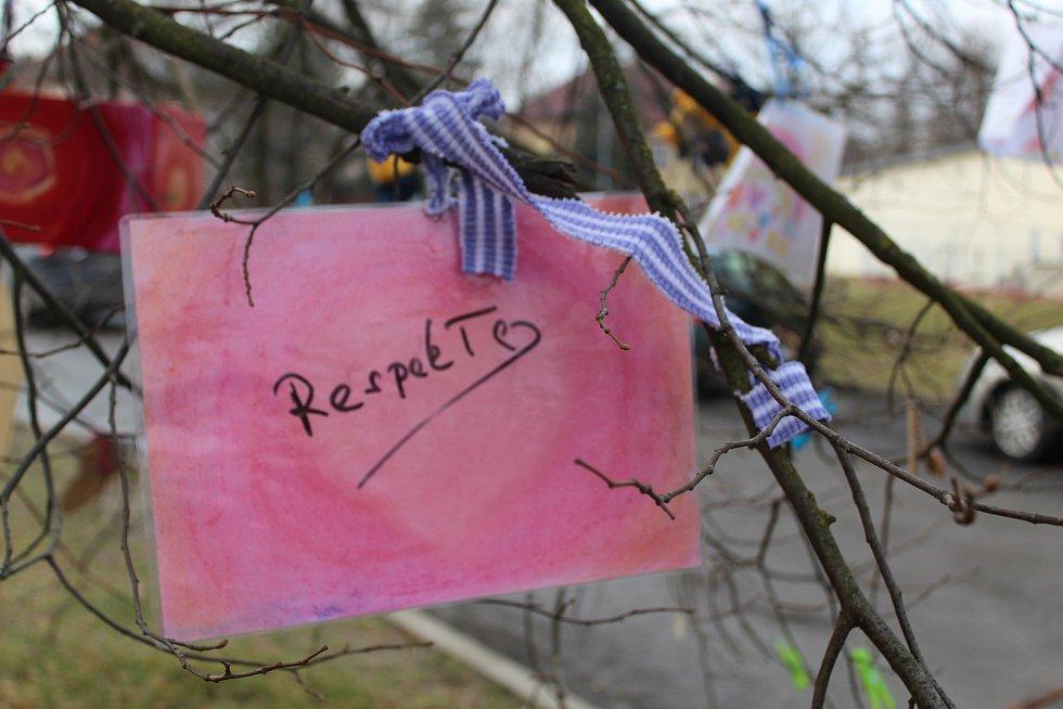 Dobrovolníci ozdobili v areálu chebské nemocnice strom vzkazy pro vyčerpané zdravotníky.