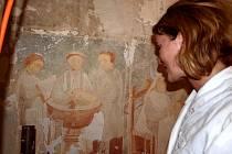UNIKÁTNÍ FRESKA! Kostel svatého Jakuba Většího v Pomezí nad Ohří skrýval nástěnnou malbu, která pohází asi z 15. století. Restaurátorka Josefina Pekárková ukázala, jak skalpelem stírají vrchní vrstvy novějších nátěrů.