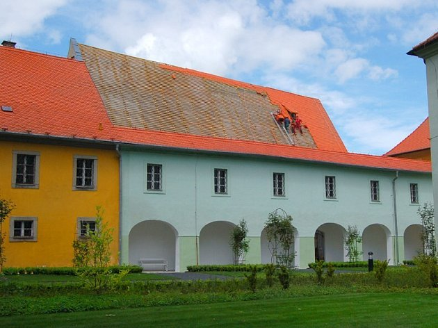 V současné době se opravují střechy františkánského kláštera v Chebu