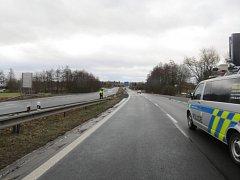 Žena nepřežila střet s autem, po silnici šla bez reflexních prvků.