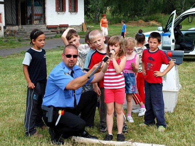 Akce chebských strážníků pro prvňáčky ze 6. základní školy na hřišti U želvy