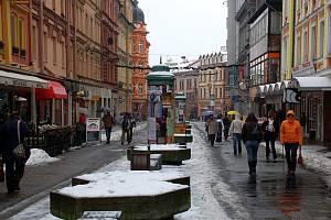 NA DLOUHO ODKLÁDANOU REKONSTRUKCI pěší zóny na třídě Svobody v Chebu chce chebská radnice získat dotaci prostřednictvím externí firmy.