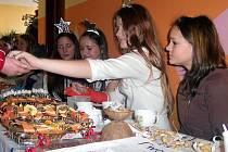 PŘÍSPĚVKY PRO SONY. Při Vánoční nadílce pro Sony ve františkolázeňské základní škole vybírala děvčata finance na indickou holčičku s úsměvem.