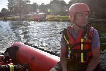 Při záchraně dvojice z převržené loďky zasahovaly tři jednotky hasičů.