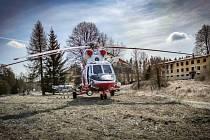 Na muže na Tepelsku spadl strom, letěl pro něj vrtulník