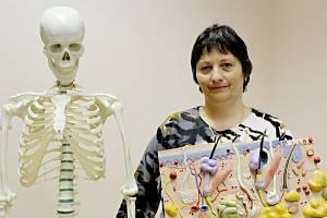 Yvonne Veselá pracuje ve zdravotnictví už desítky let. Ve volném čase učí laiky první pomoci. Ke své práci využívá i model kostry anebo průřez kůže.