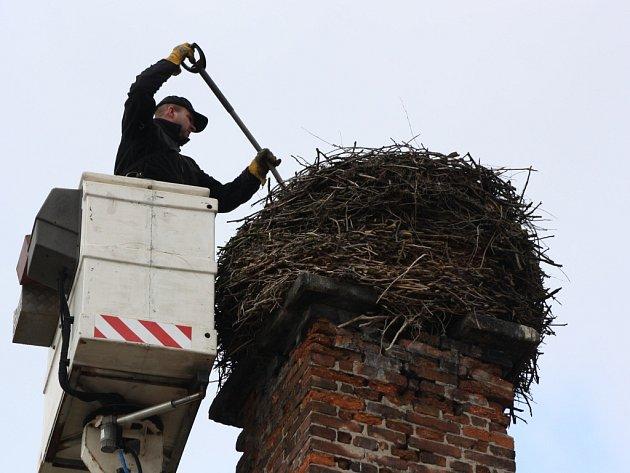 ČAPÍ hnízdo ve Františkových Lázních bylo nevyhovující, odborníci ho proto museli upravit.