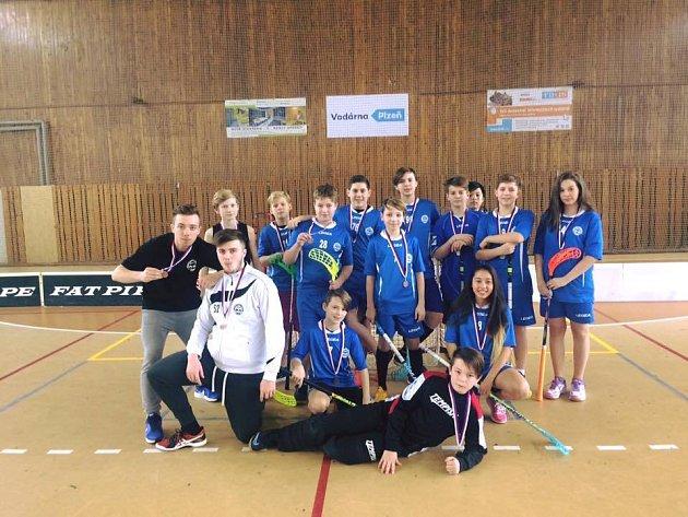 Mladší žáci Akademiku Cheb na turnaji v Plzni, kde vybojovali bronz, který měl pro Akademik cenu zlata, v sestavě se představila také dvě děvčata.