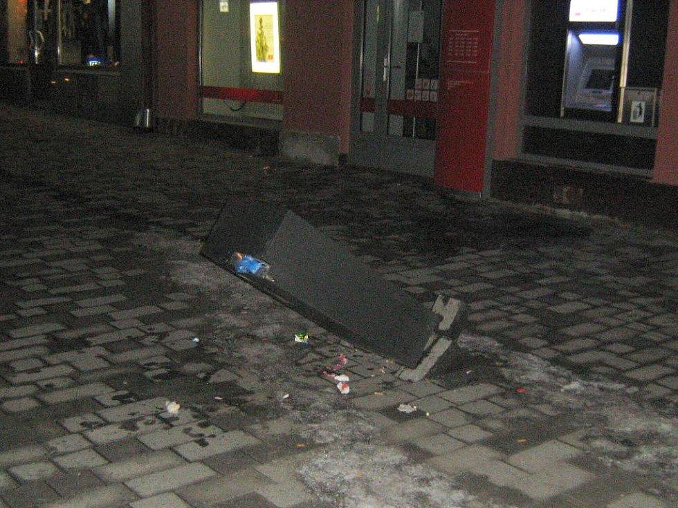 NA OPILÉHO A AGRESIVNÍHO mladého muže upozornila obsluha kamerového systému. Mladík nejdřív mlátil do bankomatu, pak povalil zabudovaný odpadkový koš.