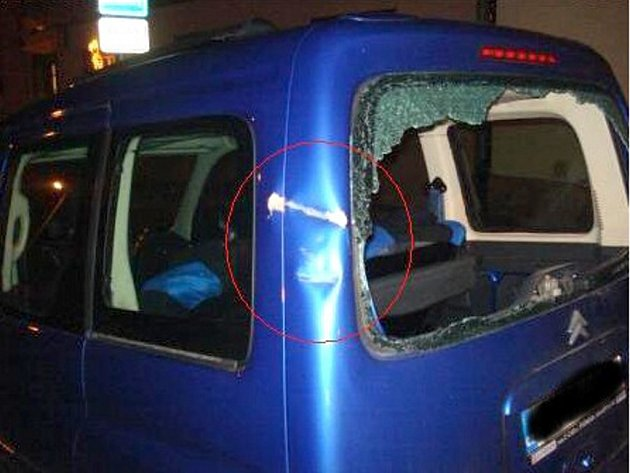 Vandalové poškodili vozidlo, které majitel používá pro přepravu své invalidní manželky k lékaři