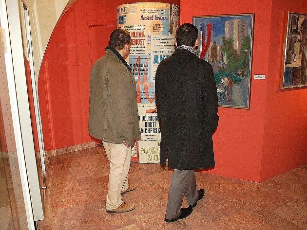 VERNISÁŽ UNIKÁTNÍ VÝSTAVY SOUDRUZI POD GLAZUROU v Muzeu Cheb si nenechalo ujít mnoho návštěvníků.