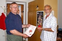 Dobrovolný dárce krve Richard Meister (vpravo) dostal Zlatý kříž a pamětní list z rukou řečditele chebského ČČK Stanislava Flettra