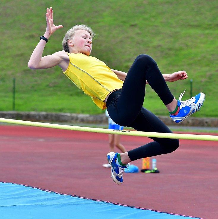 Skokanský mítink, který pořádal na městském atletickém stadionu v lázeňském městě karlovarský Triatlet, přilákal do Karlových Varů rovnou padesátku atletů v šesti věkových kategoriích, kteří poměřili svůj atletický um ve skoku dalekém, ve skoku vysokém a