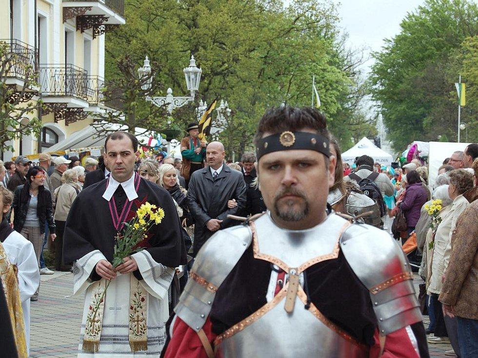 Ani špatné počasí neodradilo tisícovky hostů, aby se v sobotu zúčastnily slavnostního zahájení 217. lázeňské sezóny ve Františkových Lázních.