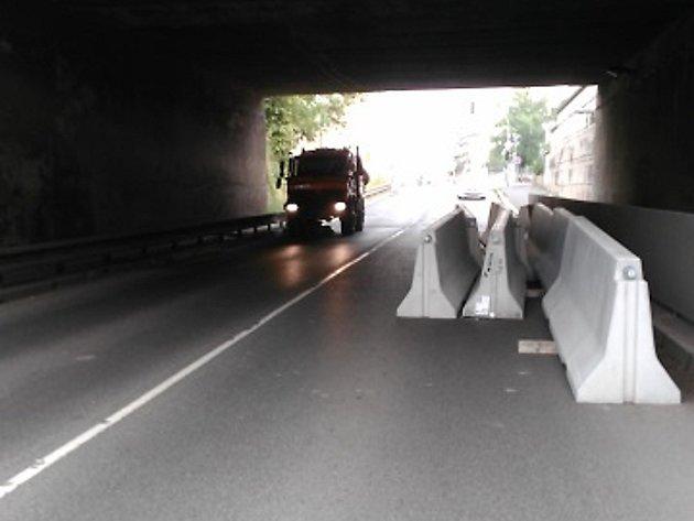 Pod mosty ve Vrázově ulici rostou city bloky.