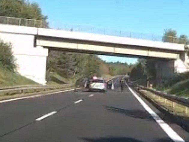 Policie zastavila uprchlého vězně pomocí služebního vozu.