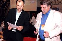 MARKETINGOVÝ ředitel výškařských mítinků  Pavel Průša (vlevo)  diskutuje s Jackem Přibáněm před zahájením akce.