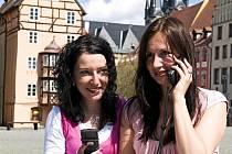 ZKOUŠKA! Nové přístroje, audiovizuální průvodce, si vyzkoušely také pracovnice chebského infocentra Lenka Šimáčková (vpravo) a Monika Janovcová.