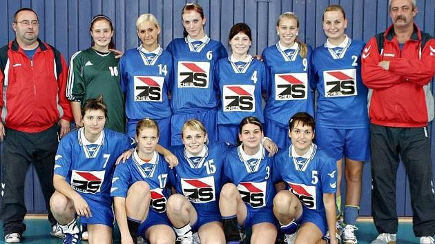 TÝM dorostenek Loko  Cheb. Vzadu zleva: Trenér Štengl, Bohánková, Živná, Kalčíková, Hrdličková, Tůmová, Bolgáčová a kouč Nitka. Vpředu zleva:  Šturmová, Zahradníková, Silnicová, Nováková a Bezchlebová.