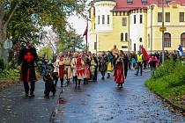 Svátek české státnosti oslavili tradičně v Mariánských Lázních. Uskutečnil se zde další ročník Svatováclavského setkání lidí dobré vůle. Přestože počasí bylo deštivé, ti, kteří k hotelu Krakonoš dorazili, neprohloupili. Organizátoři připravili bohatý prog