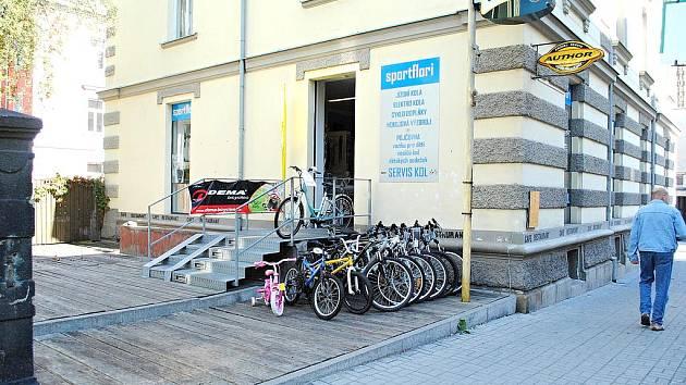 V SUTERÉNU tohoto domu v chebské Májové ulici se připravuje bezbariérová kavárna.