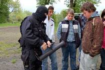 Policisté z pořádkové jednotky navštívili základní školu v Plesné