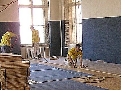 Ještě před několika dny se v tělocvičně 4. základní školy v Chebu pilně pracovalo.