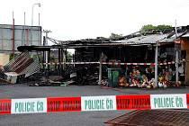 CELKEM 13 stánků lehlo popelem, když v noci zachvátil požár vietnamskou tržnici ve Vojtanově na Chebsku.